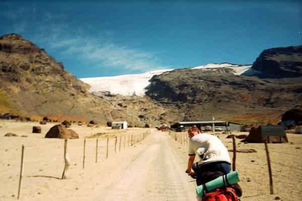 Die Theras de Azufre vor Gletscherpanorama